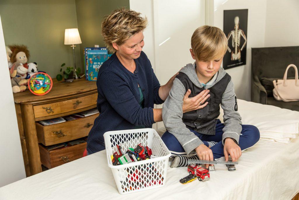 Børn og unge behandling med Biodynamisk Kranio-Sakral Terapi. Behandlingen foregår på deres præmisser, uanset om de sidder op eller ligger ned.