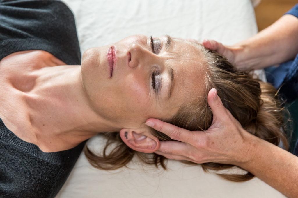 Voksen behandling med Biodynamisk Kranio-Sakral Terapi hos Lis Hauge. Blidt og effektivt.