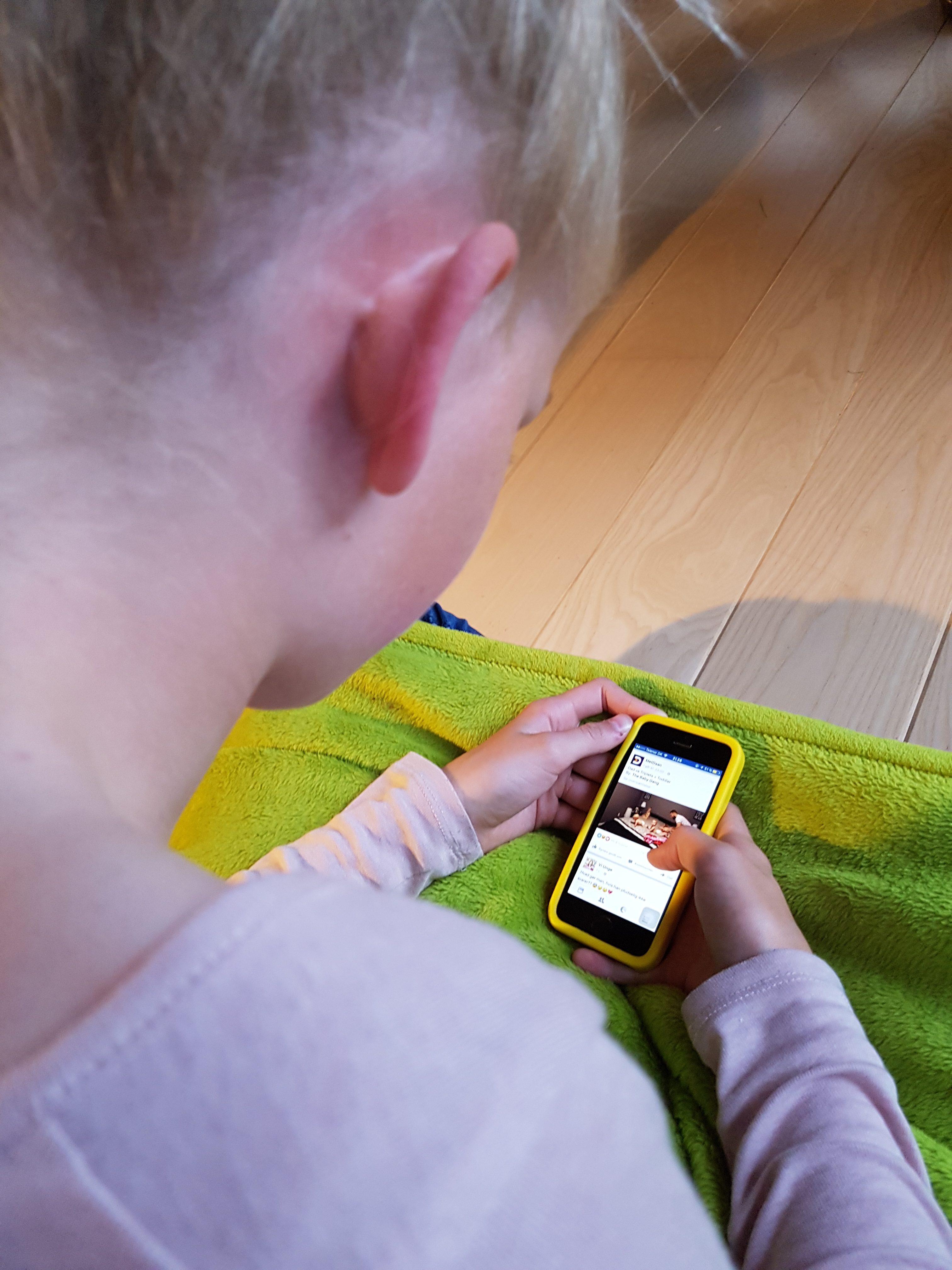 Ondt i nakke, ryg og skuldre hos børn er noget jeg ofte ser og behandler i klinikken. Det har ramt en masse børn som en epidemi, ofte pga. dårlig kropslig holdning fra telefon, tablets, computers. Så udover en blid behandling, skal der nye vaner til. Ring / sms eksamineret børne terapeut, Lis Hauge, på 40199714