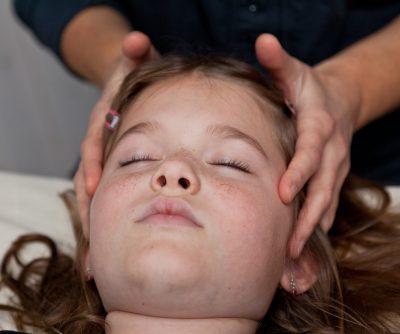 """Absencer er en form for anfald af epilepsi, hvor barnet er """"væk"""" i nogle sekunder. De stirrer ud i det blå, hvorefter de kommer til sig selv. Nervesystemet er overaktivt og kan normaliseres med Biodynamisk Kranio-Sakral Terapi. Ring/ sms eksamineret børne terapeut, Lis Hauge, på 40199714, og hør om mulighederne."""